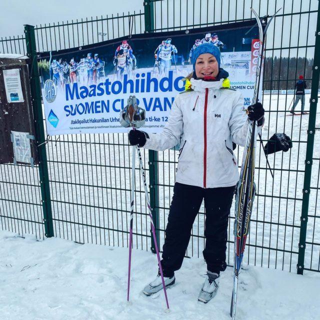 Ensi viikolla hiihdetään Maastohiihdon Suomen Cup Hakunilan urheilupuistossa. Kävin tänään toteamassa, että kuntopiikkini ei valitettavasti osu Suomen Cupin kanssa yksiin. 3,7km kellotettiin aikaan 48min, eli varsin rauhallinen oli Sipoon oman lykkijän tahti tänään.  Tämä on tietysti valtaisa pettymys itselleni, mutta tajusin, että ei tässä auta syyttää kuin huonoja harjoitusolosuhteita, liian luistavia suksia, geenejä, muita hiihtäjiä ja naapuria. Kaivetaan taas ens vuonna Salomonit naftaliinista ja katsotaan onko koville menijöille lähtöviivalla tilaa. Päätän erikoislähetyksen tältä osin. Kiitos faneille ja sponsoreille.  #sukuvika #eisuksiluista