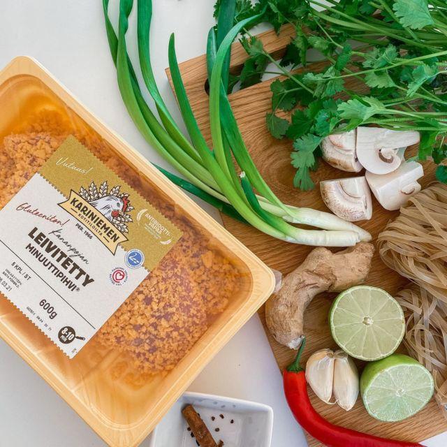 """Mainos: @kariniemenkotitila   Maistuisko tänään pho - eihän sen helpompaa oo😁! Pho-keitto on tunnettu Vietnamilainen keitto, jonka idea on maistuva liemi ja herkulliset lisukkeet🇻🇳. Liemeä keitellään usein tuntitolkulla, mutta tämä minun versioni pho-keitosta on enemmän kiireisen kotiäidin versio! Tässä keitossa on myös yksi hyvä puoli: et tarvitse sen valmistukseen kymmentä eri kastikepulloa, kuten aina välillä Aasialaisten herkkujen reseptejä lukiessa. Tämän keiton liemen """"erikoisemmat"""" mausteet ovat kanelitanko, neilikka ja kokonainen inkivääri, joita on helppo löytää kaupasta. Loput voi käyttää vaikka ensi jouluna glögin mausteena! Tarkan ohjeen saat googlettamalla vaikka """"helppo pho-keitto"""" ja mun storyissä vielä tarkempia ohjeita. Kannattaa kokeille pho-keiton päällä tätä Kariniemen Kananpojan Leivitetty Minuuttipihvi® -tuotetta, joka kypsyy helposti uunissa sillä välin kun valmistaa itse keiton👌. Koska pihvit ovat gluteenittomia saa myös keitosta helposti gluteenittoman. Minuuttipihvisiivujen lisäksi laitoin keiton päälle porkkanaa, ituja ja tietysti korianteria ja chiliä🌶. Itse liemi ei ole tulinen, joten se sopii hyvin myös lasten makumaailmaan. Mikä on teidän lemppari Aasialaisista keitoista? #kariniemenkotitila #kariniemen #phokeitto #helpporesepti #vietnamilaistaruokaa #arkiruoka"""
