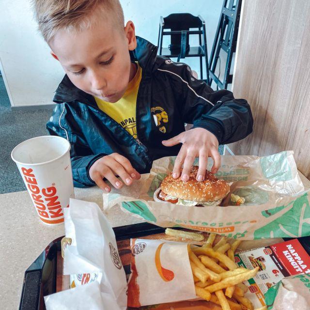 """Mainos: @burgerking_suomi Ekaluokkalainen on kova pränkkäilemään, joten nyt oli mamman vuoro tehdä pikku pränkki! Vein pojan Burger Kingiin maistamaan Plant-Based hampparia ja nugetteja🍔. Meillä tosin syödään paljon kasviksia muutenkin, joten sinänsä pojan reaktio lihattomaan hamppariin ei ollut kovin yllättynyt. Hän pisteli ruokaa poskeen fudistreenien jälkeen hyvällä ruokahalulla ja kyseenalaistamatta lainkaan lihattomuutta.⚽️  Mulle onkin ollut tärkeää, ettei lihan puuttumisesta tehdä mitään """"juttua"""" arjessa, koska näin lapset tottuvat syömään monipuolisesti🥕🥦🍅. Itsekin valitsen niin kotona kuin ravintolassakin yhä useammin kasvispohjaisen vaihtoehdon ja minusta on upeaa, että tämäkin Burger Kingin Plant-Based valikoima on oikeasti maukas ja esim nugetit rakenteeltaan 5/5! Milloin sä söit viimeksi kasvishampparin?? #burgerkingsuomi #hyvätuli #plantbased #burgeria"""