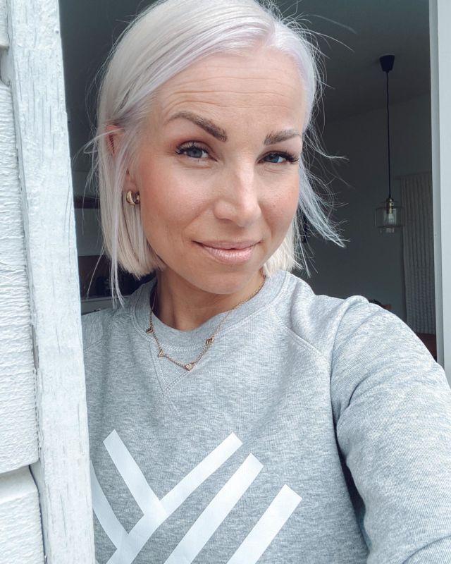 Hiustenpidennykset pois ja aika paljon omaakin hiusta läks käynnillä Makeassa😉. Olo on ihanan kevyt ja kyllä se on niin, että less is more😍. Kiitos @makeanoora ❤️❤️❤️. Ps. Palvelusta saatu alennus. @makeahelsinki #makeahelsinki #blondhair #shorthair