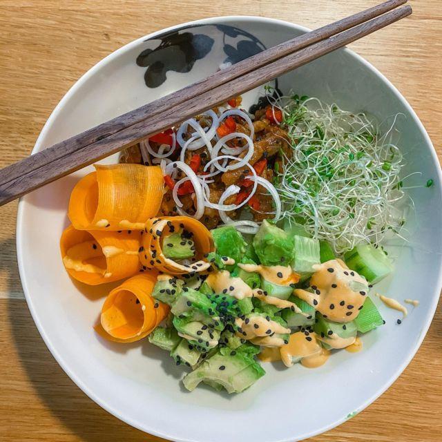Eiliseltä dinneriltä🥕🥑🍚🌶 Sushibowl on vähän työläs, mutta tosi helppo ja maukas ruoka isommallekin porukalle. Meillä on riisinkeitin, jota ollaan käytetty ahkerasti. Riisin kanssa mies teki karamellisoitua possua ja tietysti lisukkeet vielä kylkeen. Tänään sitten kasvislasagnen vuoro! Mitäs teillä syödään tänä viikonloppuna?🍽 #dinner #sushibowl